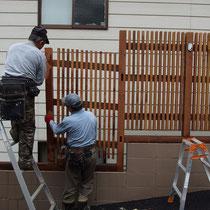 事前に測量した図面をもとに作成、階段状になるフェンスを組み立てていきます。