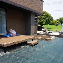 平坦になったお庭にザバーン240の雑草防止シートを敷設します。
