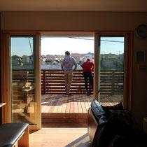 お部屋からの眺め、一段上がる高さで広がるウッドデッキ。外からの目線も停めるフェンスでプライベート空間を満喫できます。