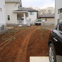 着工前、まずは不要な土の掘削と舗装の基礎を作ります。