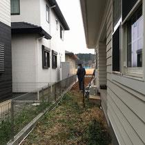 着工前、少し広めにとった隣地との境目。リビング前の目隠し兼用景観を作るよう、フェンスを施工します。
