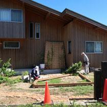 まずは設置場所の再確認のため、現場で実際の木材を組み合わせてみます。