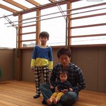 息子さん、お嬢さんと記念撮影!既存の洗濯干しもデッキ柱に固定しました。