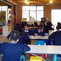 Lesestunde der 8. Klasse in der Bibliothek. Foto: Cisol, 2014
