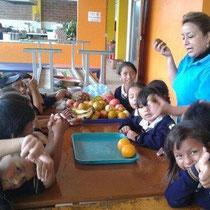Die Schülerinnen und Schüler der 3. Klasse lernen wie wichtig Vitaminen sind. Foto: Cisol, 2014