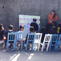 Unterricht im Schulhof. Foto: Cisol, 2014