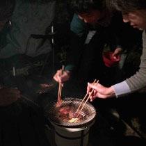 庭で七輪に炭を起こして焼き肉っ!