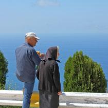 Corfu 2013, Unser Pensionswirt Tassos mit seiner Mama Adrianna am Profitis Ilias