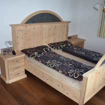 Raum wie Bild von vorher in anderer Ansicht. Zirbenholz im Schlafzimmer wirkt sich nachweislich positiv auf den Schlaf aus!