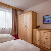 Schlafzimmerschrank in Zirbe kombiniert mit echten Altholz.