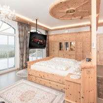In einer Villa in Bayern ein Schlafzimmer aus Zirbe, Foto: Sedlak Matthias