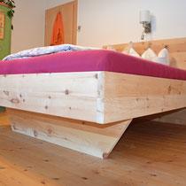 Hier eine andere Ansicht vom Bett. Der abgeschrägte Fuß lässt das Bett optisch schweben.