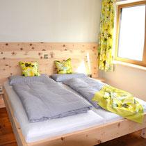 Ein schlichtes Zirben- Schlafzimmer naturbelassen. Für den Boden haben wir einen geräucherten Lärchen Parkett verlegt.