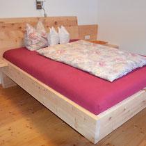Ein schönes, duftendes massives Zirbenbett naturbelassen. Mit diesem Zirbenbett sind Sie am Morgen ausgeruht und fit.