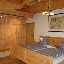 Selber Raum wie vorhin - noch eine Besonderheit: Das überbreite Bett mit 240cm x 210 cm.  Große Menschen brauchen große Betten!