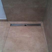 begehbare dusche duschrinne als bodenablauf fliesen. Black Bedroom Furniture Sets. Home Design Ideas