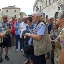 Signora Patricia erklärt das Zentrum von Assisi