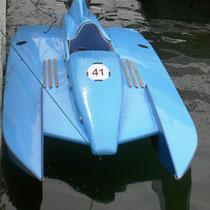 """Un  """"Racer  """" qui file sur l'eau à une vitesse impressionnante,jusqu'à 200 km/h."""