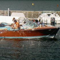 Un Riva italien, roi de la fête.  Ce sont essentiellement des bateaux en bois qui sont présentés.