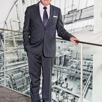 Fritz Wyss, ehemaliger CEO Emmi (führt heute eine malerische Galerie in Ascona/TI) vor einem der 2 hohen Wandbilder