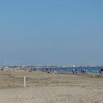 leerer Strand zum Wandern