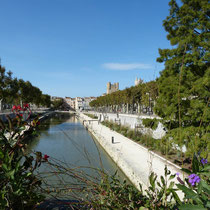 gestaltetes Ufer des Canal de la Robine