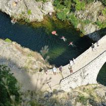 Schwimmer unter der Teufelsbrücke