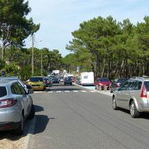 Auch die Zufahrtstraße war zugeparkt