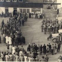 Das Orchester des Infanterieregiments 75 spielt im Betriebshof der Kienzle Apparate (1939)