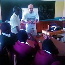 Dr. Bauer und sein tanzanischer Kollege Hr. Nzao bei der Erläuterung der Funktionsweise eines Solarpanels.