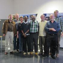 Der Vorstand von Helfen macht Schule mit den tansanischen Gästen Frank Kiwara und Patrick Mbeshere Lyakurwa.