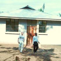 Dr. Bauer und der Schulleiter James Kiwara beim Verlassen des mit Unterstützung von Helfen macht Schule errichteten neuen Jungen-Schlafhaus.