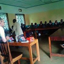 Im Solarenergie-Seminar wurden die Solar-Scouts über die Vorteile der Nutzung von Solarlampen anstelle von Kerosinlampen informiert.