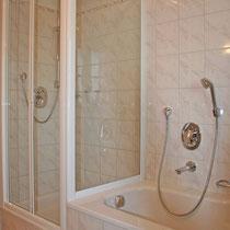 Dusche und Badewanne in Ferienwohnung 2 + 3