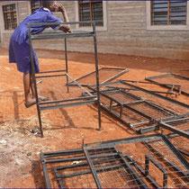 Die ersten Stockbetten werden montiert