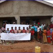 Glückliche Kinder sagen Danke an die Spender