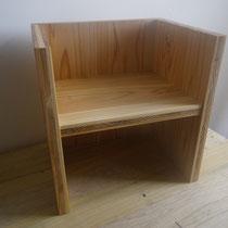 幼児椅子です。座面を中央からずらし、お子さんの成長に合わせて座れるようになっています。