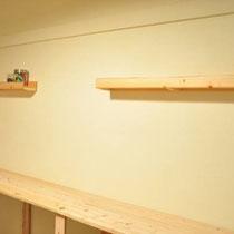 アトリエ改装のお手伝い。壁一面の作業用テーブルと、小物棚を納めました。漆喰の壁と相まって、ナチュラルな空間になりました。