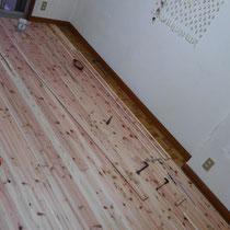 製作物ではありませんが、床貼りのお手伝いです。既存の床に、きらめ樹スギの床板を重ね貼りしました。