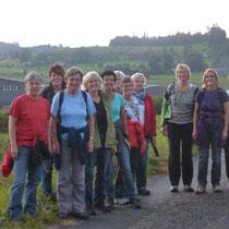 Eine frohe Wandergruppe auf dem Weg nach Rüezligen - Schwanden - Hetzligenseeli - Kronenplatz