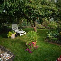 Gartenliegestuhl unterm Apfelbaum im Oktober