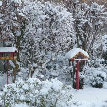 Vogelhäuschen mit Schneehaube