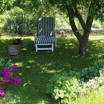 Gartenliegstuhl unter Apfelbaum