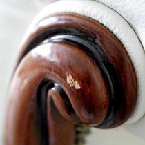Holzbeschädigung an einem Sichtholzelement von einem Sofa ...