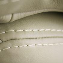 ... überarbeiten wir vor Ort mit angemischter Lederfarbe.