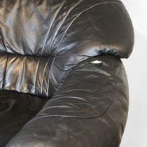 in der Armlehne des alten Sessels ist das Leder eingerissen ...