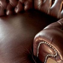 Wir erneuern mit farblich passendem Leder die betroffenen Lederpartien.