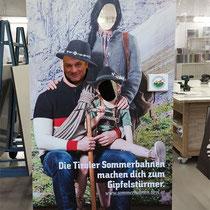 Der Tiroler Bergsommer kann kommen: Lebensgroße Foto-Aufsteller für die Tiroler Sommerbahnen