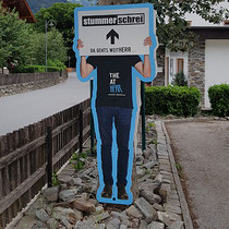 """Lebensgroßer Wegweiser Kulturfestival """"Stummer Schrei"""""""