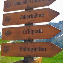 Mit dem Laser veredelte Wanderwegsschilder am Ahorn, Mayrhofen